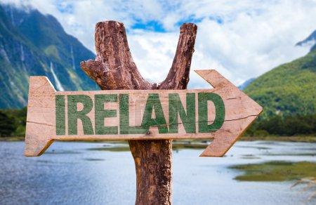 Photo pour Irlande panneau en bois avec fond de paysage - image libre de droit