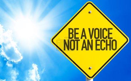Foto de Ser un signo no un eco de voz con fondo de cielo - Imagen libre de derechos