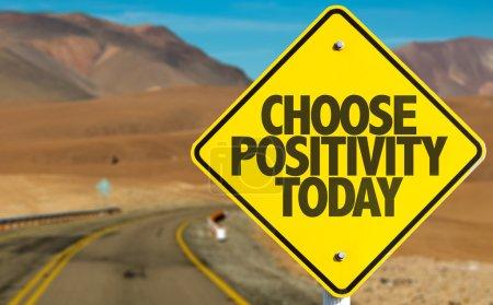 Foto de Elija Positividad Hoy signo en el camino del desierto - Imagen libre de derechos