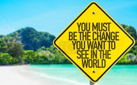 Photo pour Vous devez être le changement que vous voulez voir dans le monde signe avec fond de plage - image libre de droit