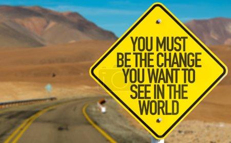 Photo pour Vous devez être le changement que vous voulez voir dans le monde signe sur la route du désert - image libre de droit