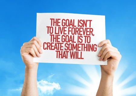 Photo pour Le but n'est pas to Live Forever, le but est de créer quelque chose que sera la plaque-étiquette avec fond de ciel - image libre de droit