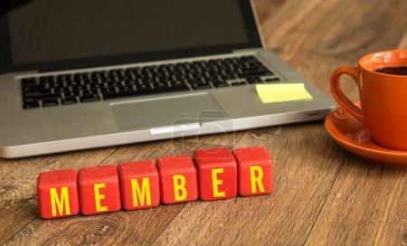Photo pour Membres rédigés sur un cubes en bois en face d'un ordinateur portable - image libre de droit