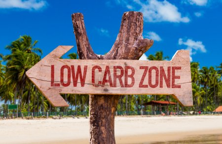 Photo pour Flèche de la Zone de Low Carb avec fond de plage - image libre de droit