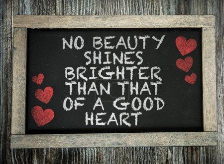 Photo pour Aucune beauté ne brille plus brillamment qu'un bon cœur écrit sur un tableau - image libre de droit