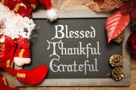 Photo pour Tableau de Noël avec le texte : Bienheureux reconnaissants reconnaissant dans une image conceptuelle - image libre de droit