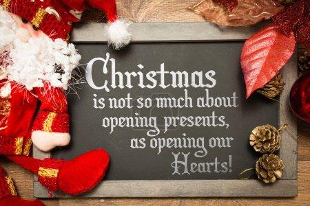 Photo pour Tableau noir de Noël avec le texte : Noël n'est pas tellement sur l'ouverture des cadeaux, comme l'ouverture de nos coeurs - image libre de droit