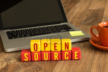 Photo pour Open Source écrite sur un cubes en bois sur un bureau - image libre de droit