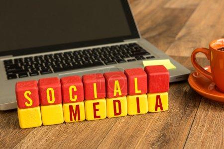 social media geschrieben auf einem hoelzernen