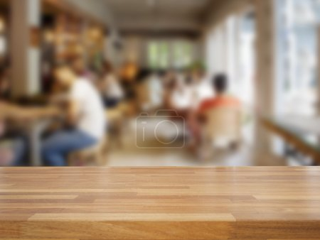 Photo pour Table en bois vide et floues gens en fond de café, produit affichage - image libre de droit