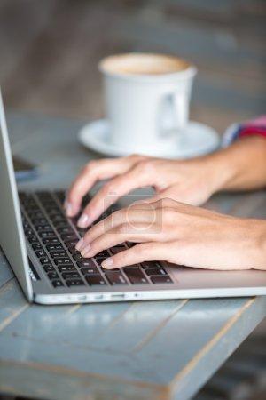 Photo pour Mains de frappe sur ordinateur portable - image libre de droit