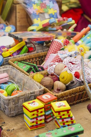Foto de Coloridos juguetes de madera hechos a mano de varios tamaños y tipos - Imagen libre de derechos