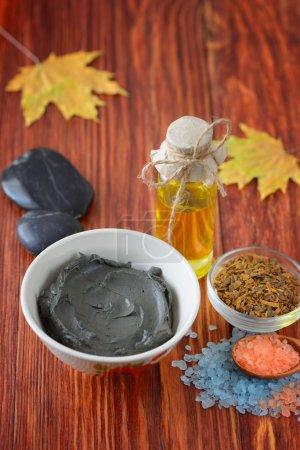 Photo pour Pierres traitement Spa et huile de massage de sel de mer et moulage de l'érable, écorce de chêne dans un bol de boue thérapeutique mer morte - image libre de droit