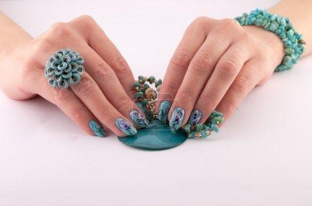Photo pour Mains féminines avec beaux ongles peints et bijoux sur fond blanc - image libre de droit