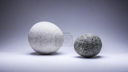 Photo pour Deux ronds de pierres sur fond gris - image libre de droit
