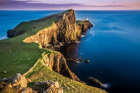 Photo pour Coucher de soleil à neist point phare, Écosse, Royaume-Uni - image libre de droit