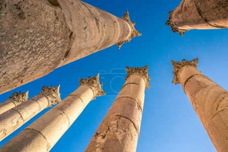 Photo pour Colonnes. Vue d'en bas. Site archéologique de Jerash. Jordanie . - image libre de droit