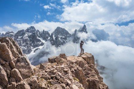 Photo pour Randonneurs sur sentier de montagne, Alpes européennes . - image libre de droit