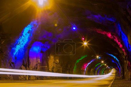 Photo pour Tunnel souterrain avec la lumière à la fin - image libre de droit