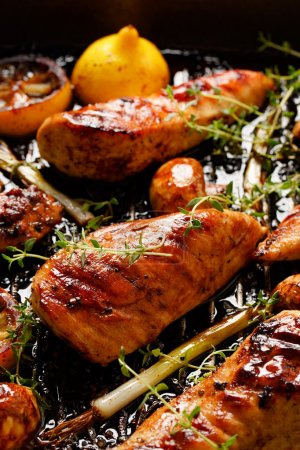 Grilled chicken breast with thyme, lemon and vegetables
