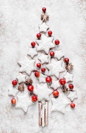 Photo pour Arbre de Noël blanc avec biscuits, canneberge et anis étoilé - image libre de droit