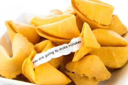Photo pour Ouvrir le fortune cookie avec bande de papier blanc - vous sont aller à faire des erreurs - image libre de droit