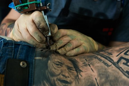 Photo pour Working hands of tattoo master. Closeup - image libre de droit