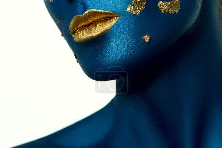 Photo pour Beauté femelle Modèle avec peinture bleue sur la peau et les lèvres dorées. Maquillage extraterrestre Halloween - image libre de droit
