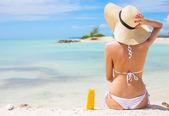 žena opalování na pláži