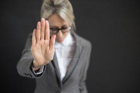 Photo pour Femme d'affaires dans la dépression disant Stop ! - image libre de droit