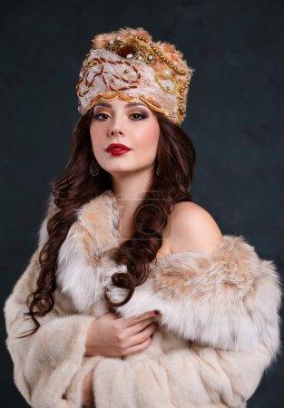 Photo pour Belle reine hautaine robe royale. fille sexy dans le manteau royal de chapeau et de la fourrure - image libre de droit