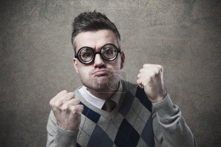 Photo pour Drôle menaçant guy avec poings levés fixer caméra - image libre de droit