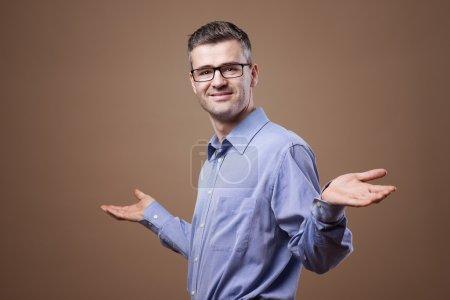 Photo pour Palmiers d'affaires confiant en souriant à la caméra - image libre de droit