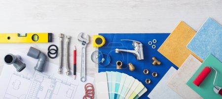 Photo pour Travail table bannière plombier avec les outils de travail, nuancier de robinet, de tuiles et de couleur, vue de dessus - image libre de droit