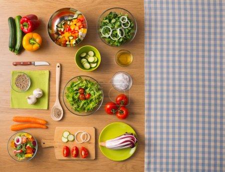 Foto de Comida sana vegetariana frescos en la mesa de la cocina con mantel marcada en la vista derecha, superior - Imagen libre de derechos