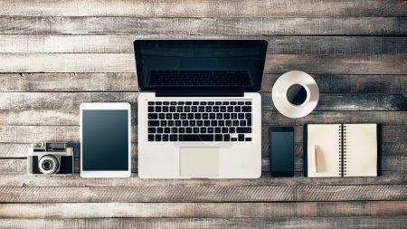 Photo pour Grunge hipster en bois bureau avec ordinateur, tablette numérique, appareil photo vintage, téléphone intelligent et portable, vue de dessus - image libre de droit