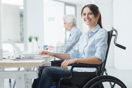 Femme d'affaires souriant en fauteuil roulant