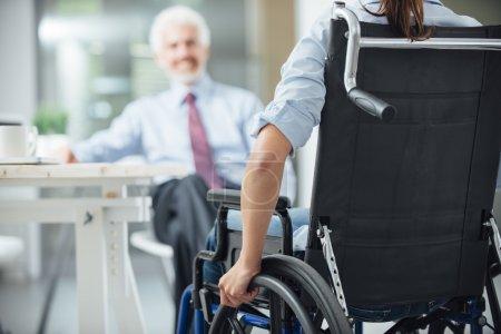 femme handicapée ayant une réunion d'affaires