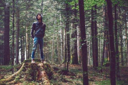 Photo pour Jeune homme confiant debout dans la forêt, concept de liberté et d'individualité - image libre de droit