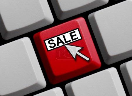 Photo pour Clavier d'ordinateur avec la flèche de souris affichant la vente - image libre de droit