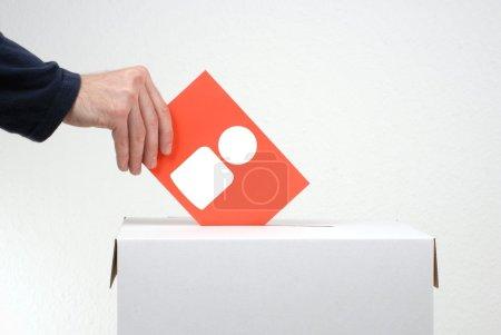 Photo pour Papier de vote montrant l'icône des gens et les urnes - image libre de droit