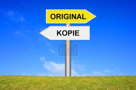 Photo pour Panneau indiquant la direction - Orginale ou Copier en langue allemande - image libre de droit