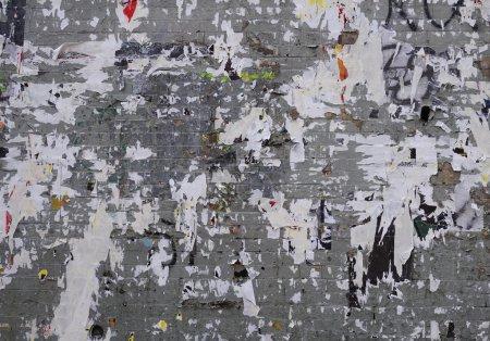 Photo pour Ancien panneau d'affichage et un mur de briques grises avec des affiches déchirées - image libre de droit