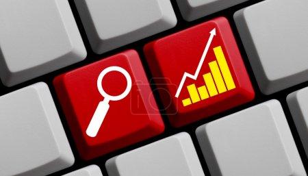 Photo pour Recherche de valeur prometteuse en ligne - symboles sur le clavier de l'ordinateur - image libre de droit
