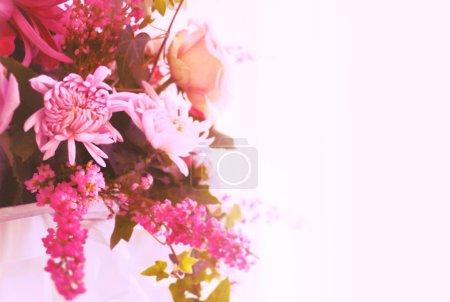 Photo pour Fond avec un arrangement floral de roses et de chrysanthèmes. instagram de style teinté - image libre de droit