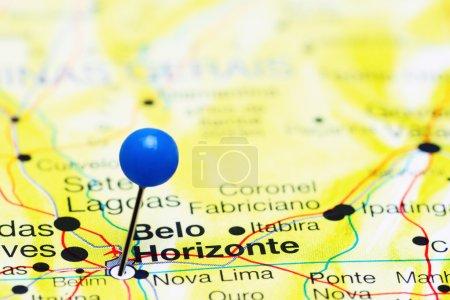 Foto de Foto de Belo Horizonte en un mapa de Brasil. Puede ser utilizado como ilustración para el tema de viaje . - Imagen libre de derechos