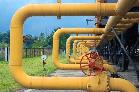 Photo pour Tuyaux avec soupapes et manomètres sur la station de refroidissement du compresseur de gaz installatio - image libre de droit
