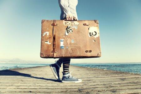 Photo pour Jeune femme prête à voyager avec sa valise - image libre de droit