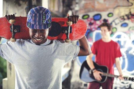 Młody rolkarz gotowy, aby pokazać swoje umiejętności w miejsce miejski