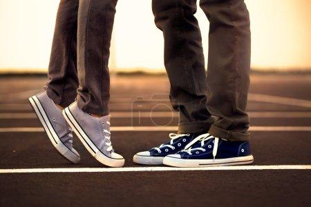 Photo pour Rencontre des jambes entre deux amants - image libre de droit